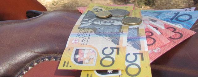 Australische Dollarscheine liegen auf einem Pferdesattel