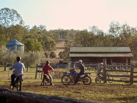 Eine Gruppe Motorradfahrer wartet vor dem Pferch