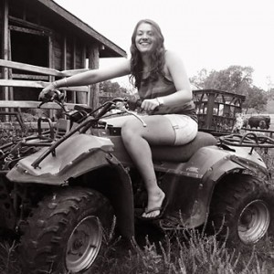 Work and Travel Teilnehmerin Nina auf einem Quad Bike